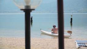 Homme sur le kayak banque de vidéos