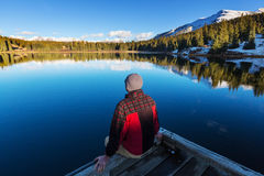 Homme sur le lac Photo stock