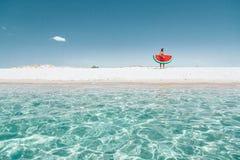 Homme sur le lilo sur la plage Photos libres de droits