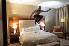 Homme sur le lit Photographie stock