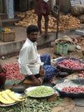 Homme sur le marché en plein air indien 2004 Photos libres de droits