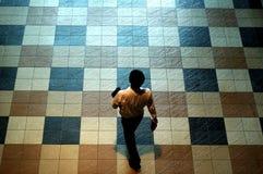 Homme sur le plancher de tuiles Photos libres de droits
