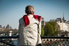 Homme sur le pont des arts à Paris Photographie stock libre de droits