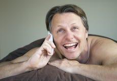 Homme sur le portable. Photo libre de droits