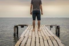 Homme sur le quai en bois de mer Photos libres de droits