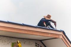 Homme sur le toit Photos libres de droits