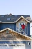 Homme sur le toit - verticale Image libre de droits