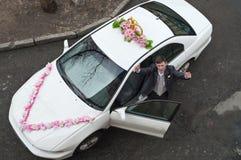 Homme sur le véhicule de mariage Photos stock