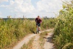 Homme sur le vélo Photographie stock libre de droits