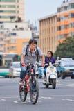 Homme sur le vélo de montagne au centre de la ville, Kunming, Chine Photos libres de droits