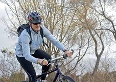 Homme sur le vélo par l'eau images libres de droits