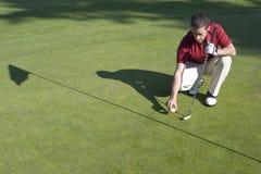 Homme sur le vert du terrain de golf - horizontal Image stock