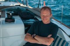 Homme sur son bateau de yacht de navigation sport Photos libres de droits