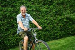 Homme sur son vélo Photographie stock libre de droits