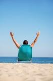 Homme sur sunbed Photo stock