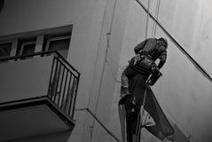 Homme sur un bâtiment photos libres de droits