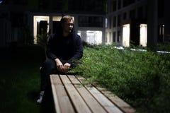 Homme sur un banc photographie stock libre de droits