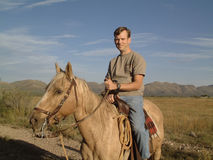 Homme sur un cheval image stock