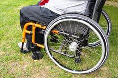Homme sur un fauteuil roulant Images stock