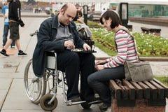 Homme sur un fauteuil roulant en stationnement Image stock