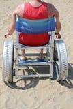 Homme sur un fauteuil roulant spécial pour la plage photo stock