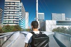 Homme sur un pont de divergence photographie stock