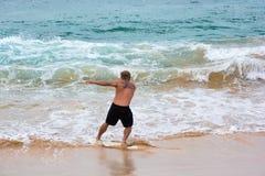 Homme sur un skimboard sur la plage en Hawaï Image stock