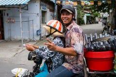 Homme sur un sourire de vélo Photos libres de droits