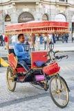 Homme sur un tricycle à Prague Photographie stock libre de droits