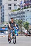 Homme sur un vélo de montagne géant, Kunming du centre, Chine Photos stock