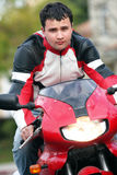 Homme sur un vélo rouge photo libre de droits