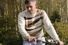 Homme sur une bicyclette Photos stock
