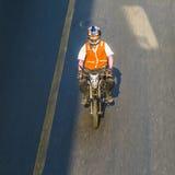 Homme sur une motocyclette sur la route à Bangkok Photographie stock libre de droits