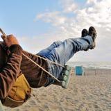 Homme sur une oscillation Photo stock