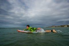 Homme sur une planche de surf Images libres de droits