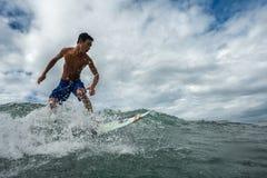 Homme sur une planche de surf Image libre de droits