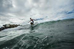 Homme sur une planche de surf Images stock