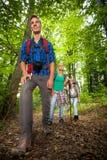 Homme sur une traînée de montagne avec des amis Photo stock