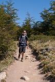 Homme sur une traînée de trekking Image libre de droits