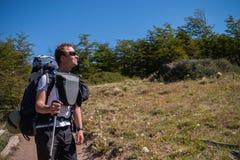 Homme sur une traînée de trekking Photographie stock libre de droits