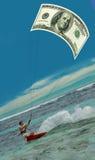Homme surfant et Dollar-cerf-volant des USA, voile,  Image libre de droits