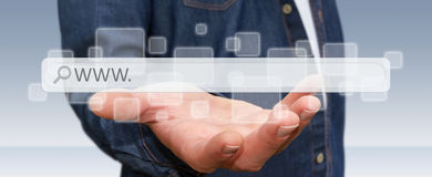 Homme surfant sur l'Internet avec la barre tactile numérique d'adresse de Web illustration libre de droits