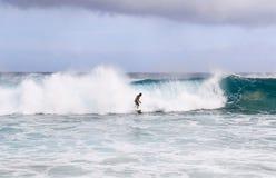 Homme surfant sur la grande vague photo stock