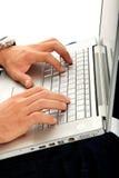 Homme tapant sur un ordinateur portatif Photos libres de droits