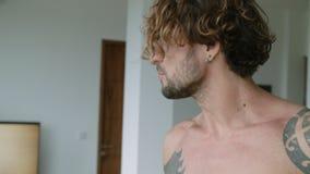 Homme tatoué bel dupant autour et mangeant la banane banque de vidéos