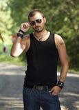 Homme tatoué par Hansom avec des lunettes de soleil Photo stock