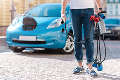 Homme tenant beaucoup de cables électriques Photo stock