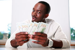 Homme tenant des dollars US Photos stock