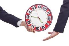 Homme tenant des mains d'horloge. Image libre de droits