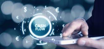 Homme tenant des mots de flux de liquidités avec des symboles monétaires Conce de finances image stock